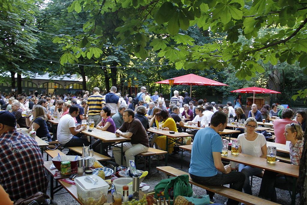 Le concept de jardin à bière version allemande et est européenne (on ne va pas chipoter). Photo de Henning Schlottmann (User:H-stt)