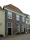 foto van Huis met bakstenen gevel met rechte kroonlijst, empire-schuiframen en eenvoudig bovenlicht