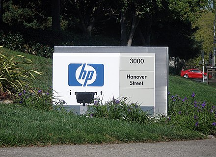 A sign marking the entrance to the HP corporate headquarters in Palo Alto, California, 2006 Hpwelcomesign.jpg