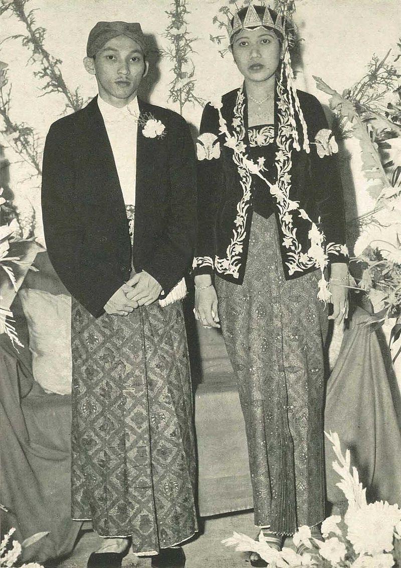 Javanese wedding (1950s), Wanita di Indonesia p18 (Ministry of Information).jpg