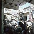 Jeruzalem. Markttafreel smalle straat met aan weerzijden winkeltjes. Kooplui he, Bestanddeelnr 255-9303.jpg