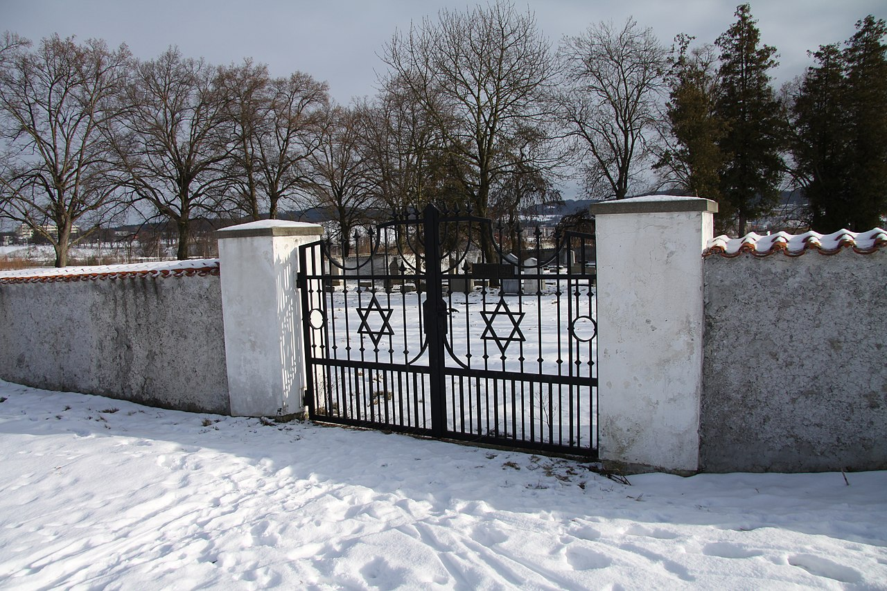 Jewish cemetery in Pisek in winter (4).JPG