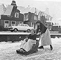 Jong Volendam op de schaats, sleetje rijden op de smalle grachtjes, Bestanddeelnr 917-2852.jpg