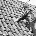Jongeman toont slecht onderhoud aan dakbedekking - Amersfoort - 20010492 - RCE.jpg