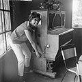 Josephine Baker in Kasteel Les Milandes J B bij pianola, Bestanddeelnr 912-6514.jpg