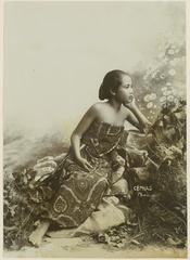 KITLV 10727 - Kassian Céphas - Studio picture of a young woman from the Principalities - Around 1900.tif