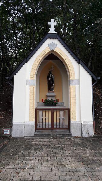 """Wegkapelle """"Neihaisses"""" in der rue du cimetière (am Kärtchen) in Leudelingen, Luxemburg Der Heilige in der Kapelle ist der Hl Cornelius. Die Statue stammt aus der Pfarrkirche vor deren Renovierung 1982."""