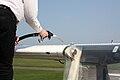 Kleinflugzeug betanken 006.JPG