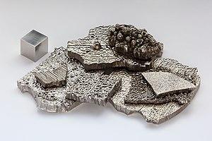 https://upload.wikimedia.org/wikipedia/commons/thumb/a/a8/Kobalt_electrolytic_and_1cm3_cube.jpg/300px-Kobalt_electrolytic_and_1cm3_cube.jpg