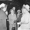 Koningin Juliana bezocht Rekkense Inrichting Hare Majesteit krijgt bloemen van D, Bestanddeelnr 917-8322.jpg