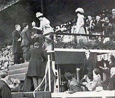 La reine Alexandra, aux JO de Londres 1908.jpg