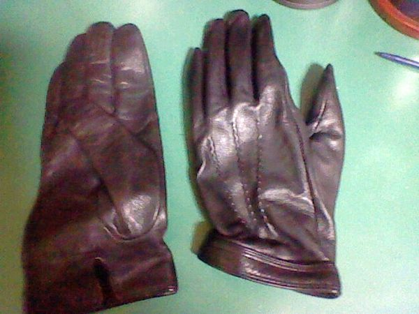 http://upload.wikimedia.org/wikipedia/commons/thumb/a/a8/Leather_Glove.JPG/600px-Leather_Glove.JPG