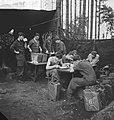 Legeroefening in Duitsland. Soldaten eten in veldkeuken, Bestanddeelnr 913-0485.jpg