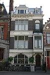 foto van Herenhuis is in een donkerrode baksteen over drie bouwlagen opgetrokken op een rechthoekige plattegrond onder een afgeknot zadeldak met leien in Rijndekkin