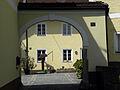 Linz-StMagdalena - Pulvermühlstraße 1 - Torbogen und Ziehbrunnen.jpg
