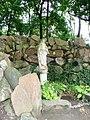 Lubostroń, park, ok. 1800 - figura Matki Boskiej w grocie nad stawem w parkua.JPG