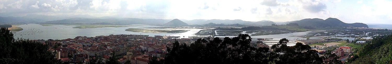 Panorámica del Parque Natural de las Marismas de Santoña, vista desde el monte Buciero. En primer plano aparece la población de Santoña y al fondo a la derecha Berria.
