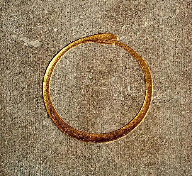 Un ouroboros, serpent qui se mord la queue.Belgique - Brabant wallon - Court-Saint-Etienne - Mausolée Goblet d'Alviella - symboles ésotériques
