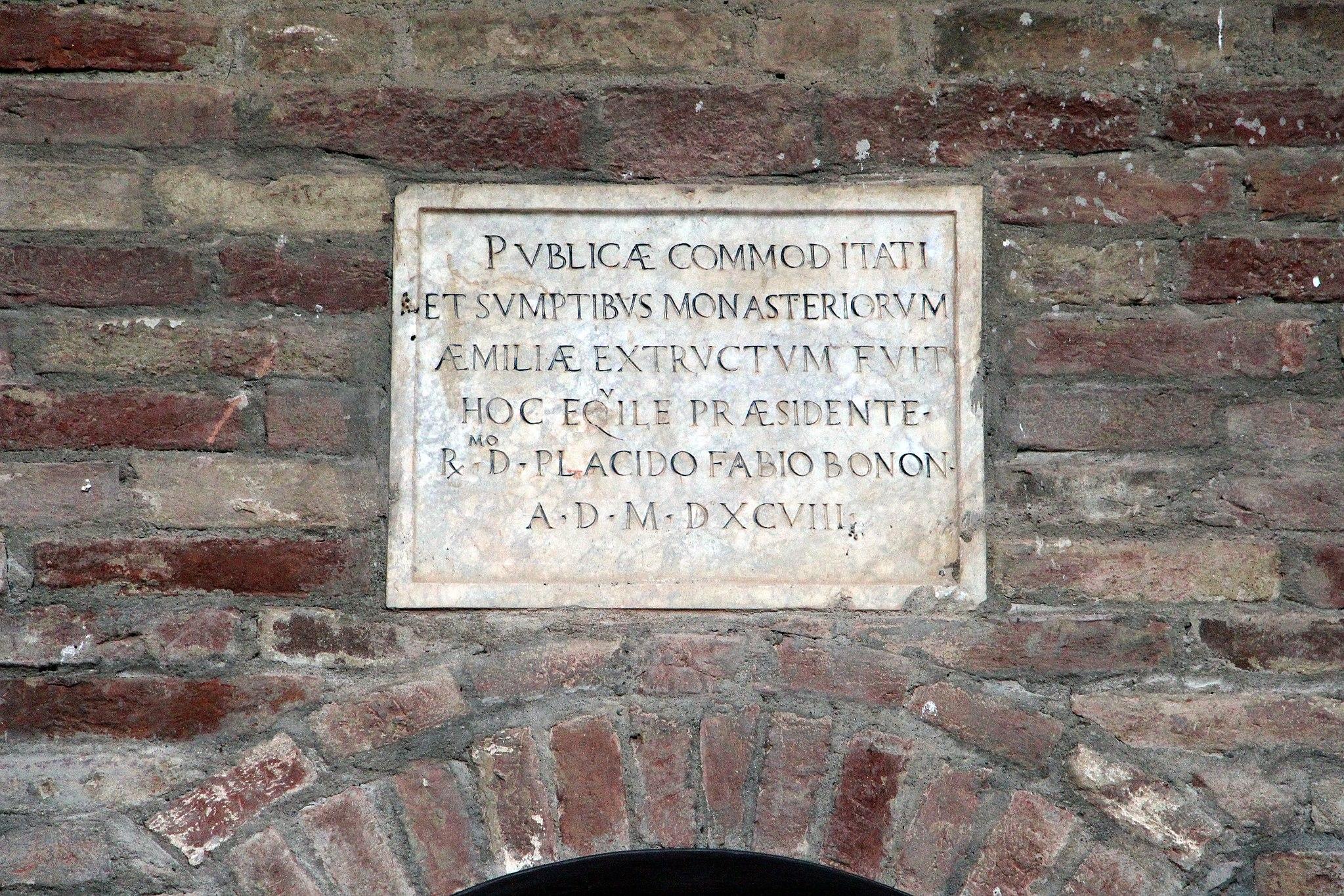 Monte Oliveto Maggiore, abitazioni dei fattori, lapide
