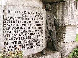 Unterer Bereich des Morzinplatz-Denkmals (links der 1951 errichtete Gedenkstein mit Inschrift)