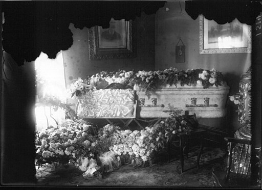 Mrs. S. Nesselhauf in casket covered with flowers 1915 (3191580392)
