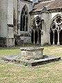 Noyon (60), cathédrale Notre-Dame, cloître, puits 1.jpg