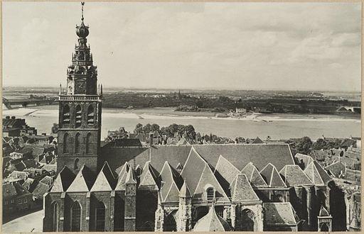Overzicht zuidgevel en toren katholieke kerk vanaf hoog standpunt - Nijmegen - 20319315 - RCE