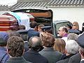 P1110174 Enterro Fraga Perbes - cadaleito, netos, fillas.JPG
