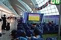 Personas viendo un partido de la Copa Mundial de Fútbol de 2018 en el aeropuerto de Dubai.jpg