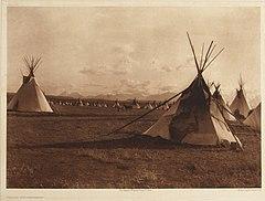 EDWARD SHERIFF CURTIS LE PHOTOGRAPHE DES AMÉRINDIENS 240px-Piegan_Encampment%2C_1900
