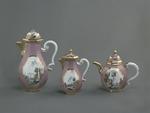 Porslin. Servis med lila - rosa och guld i dekoren - Hallwylska museet - 89205.tif