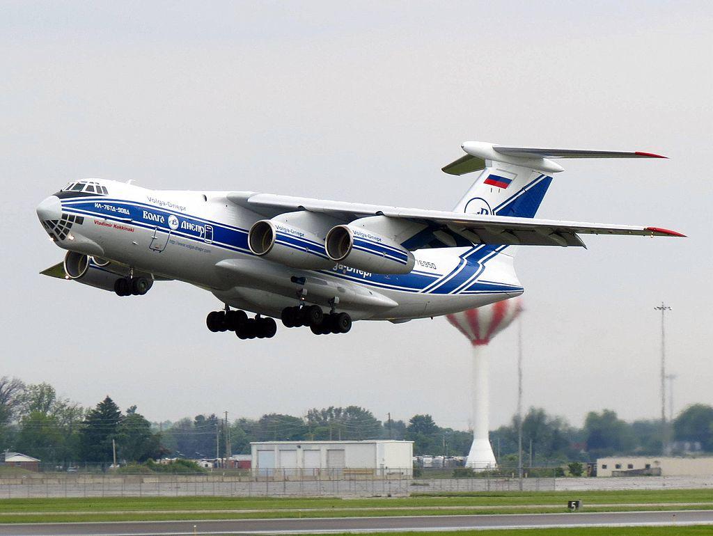 Bombardero Ilyushin-76 de la aerolínea Volga-Dnepr, despegando.