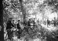 Radfahrer halten sich im Wald bereit - CH-BAR - 3240487.tif