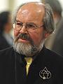 Rainer K. Wick (2009) mit Brosche des Künstlers Dieter Reick (Foto Rolf Ebertowski).jpg
