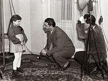 Režiser France Štiglic s своим ассистентом Максом Сайком выбора игры за фильм Dolina miru 1956.jpg