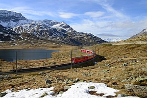 Lago Bianco - Image: Regionalzug auf der Berninalinie am Lago Bianco