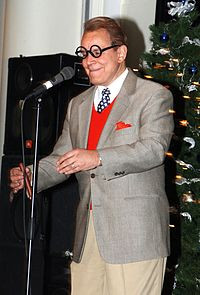 Rich Little imitando George Burns em 2004.