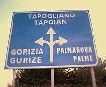 Un cartello in italiano e friulano su una strada provinciale