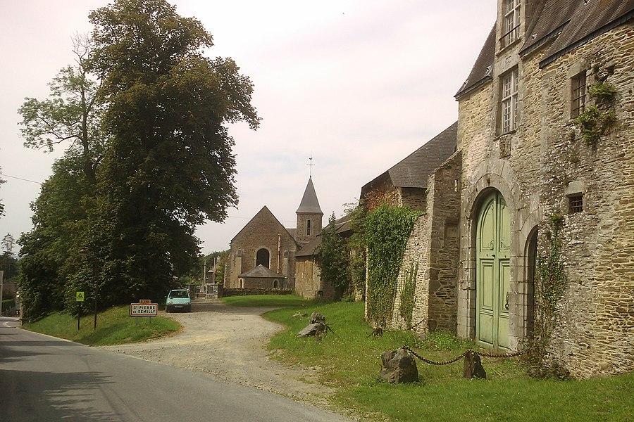 Entrée de fr:Saint-Pierre-de-Semilly, avec le château à droite et l'église en face