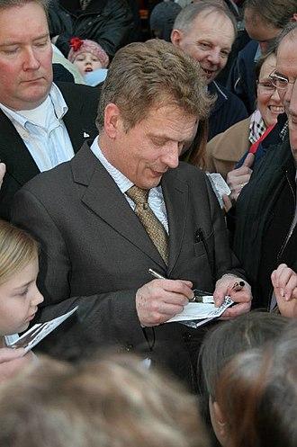 Sauli Niinistö - Niinistö signing autographs in 2006.