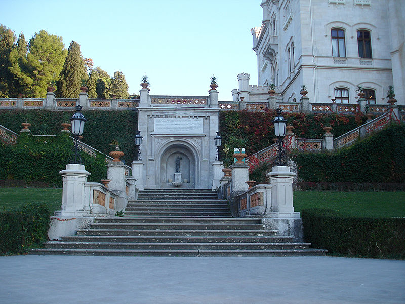 http://upload.wikimedia.org/wikipedia/commons/thumb/a/a8/ScalinataMareMiramare.jpg/800px-ScalinataMareMiramare.jpg