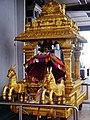 Singapore Tempel Sri Srinvasa Perumal Innen Sänfte 2.jpg