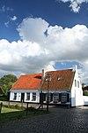 foto van Verdiepingloos pand onder fors zadeldak, gedekt met oud-hollandse pannen