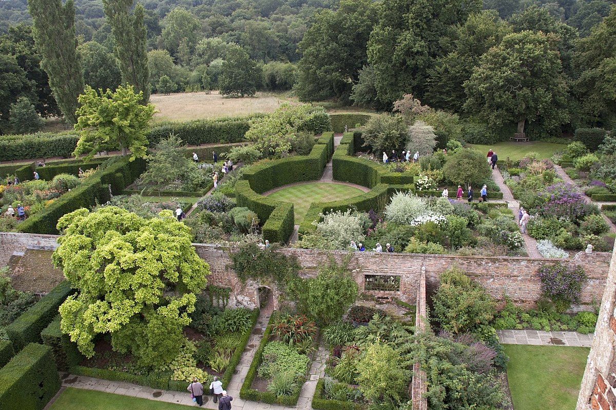 Sissinghurst castle garden wikipedia for Famous garden designs