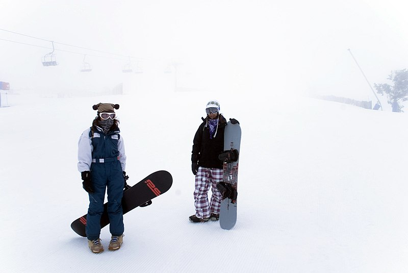 File:Snowboarders en Javalambre (Teruel, Aragón).jpg