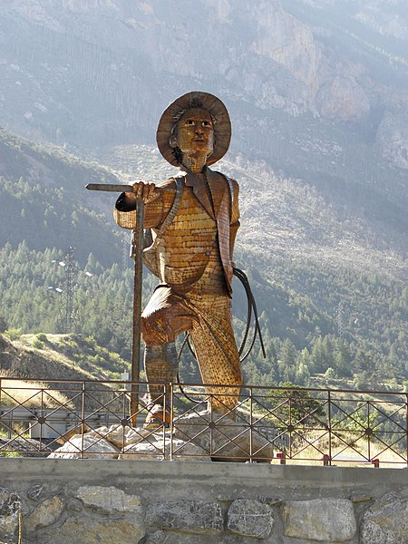 The sculpture realized by Christian Burger represents Edward Whymper, the first mountaineer to climb to the top of the bar of the Ecrins (4102 m) June 25, 1864. The steel sculpture, about 6 m high, was inaugurated July 17, 2009, to mark the Centenary of the Bureau des Guides des Ecrins.