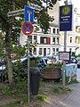 Straßenschilder Heiligengeistgang und Nordergraben (markiert den ehemaligen Graben der Stadtmauer) bei der Haltestelle Katholische Kirche mit Stromkasten Nr 586, Mit Flensburg-Motiven.JPG