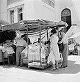 Straatverkoper van keppeltjes, sjaals en andere stoffen behorend tot het Joodse , Bestanddeelnr 255-1814.jpg