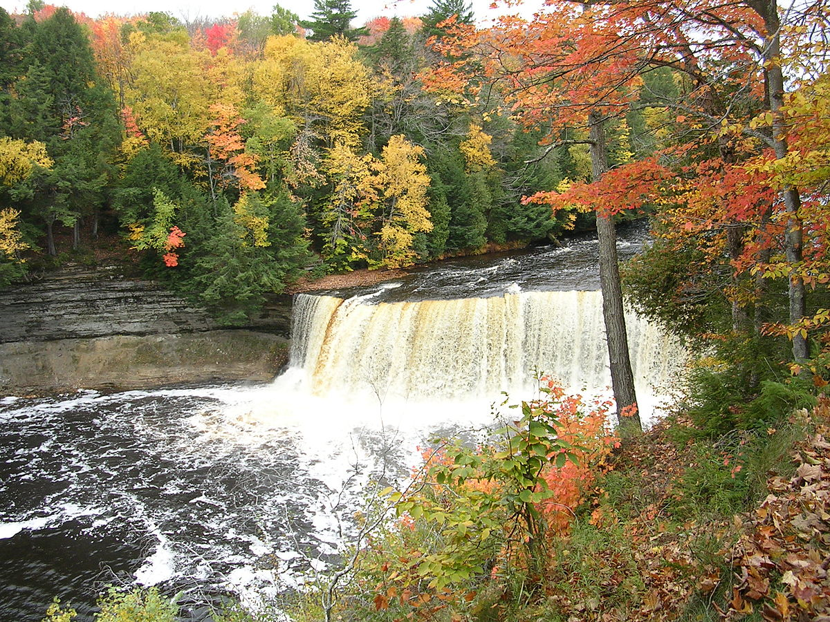 Tahquamenon falls travel guide at wikivoyage for Cabins near tahquamenon falls