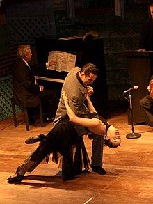 Una coppia balla il tango argentino